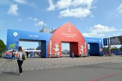 加里宁格勒,俄国 一个大门在中心广场的爱好者区域 世界杯足球赛在俄罗斯 免版税库存图片