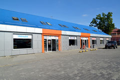 加里宁格勒,俄国 一个autotechnical中心的商店大厦  免版税库存图片