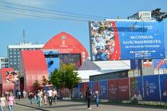 加里宁格勒,俄国 与国际足球联合会`爱好者题字`节日的一副横幅在爱好者区域的 世界杯足球赛在俄罗斯 库存照片