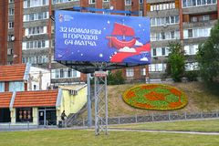 加里宁格勒,俄国 与题字32队, 11个城市,在Moskovsky大道的64次比赛的一副横幅 世界杯足球赛在拉斯 免版税库存图片
