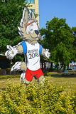 加里宁格勒,俄国 与Zabivaki小狼的世界杯国际足球联合会的吉祥人的图象的一个广告牌2018年  库存图片