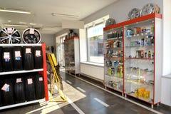 加里宁格勒,俄国 交易场地的片段在一个autotechnical中心的商店 免版税库存图片