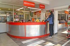 加里宁格勒,俄国 人在一个autotechnical中心的商店选择物品 库存照片