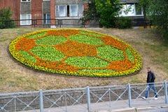 加里宁格勒,俄国 以一soccerball的形式一张装饰花床在Moskovsky大道 免版税图库摄影