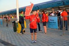 加里宁格勒,俄国 以波儿地克的竞技场体育场为背景入口终端的女孩志愿者  世界足联古芝 库存照片