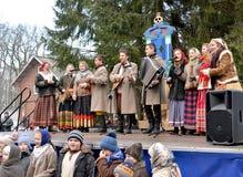加里宁格勒,俄国 俄国全国民间传说合奏在公园执行在Maslenitsa的庆祝 库存照片