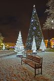 加里宁格勒,俄国 光亮的冷杉木和一棵新年树在胜利广场的晚上 免版税库存照片