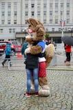 加里宁格勒,俄国 国际足球联合会2018年Zabivak ` s小狼世界杯足球赛的吉祥人拥抱女孩 库存照片