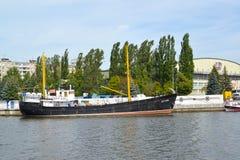 加里宁格勒,俄国 在世界海洋的博物馆停泊的平均渔拖网渔船SRT-129在夏日 免版税库存图片