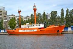 加里宁格勒,俄国 在世界海洋的博物馆停泊的浮动烽火台Irbensky  免版税库存图片