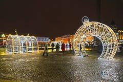加里宁格勒,俄国 在胜利广场的光亮的曲拱在冬天晚上 免版税库存照片