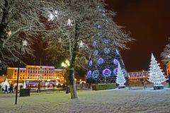 加里宁格勒,俄国 在胜利广场的新年的照明设备在晚上 免版税库存照片