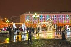 加里宁格勒,俄国 在胜利广场的欢乐照明设备在晚上 库存图片