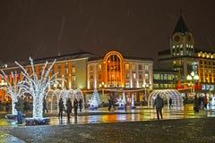 加里宁格勒,俄国 在胜利广场的欢乐风景在冬天晚上 库存照片