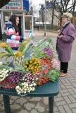 加里宁格勒,俄国 在花的街道贸易3月8日 图库摄影