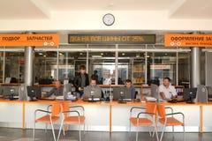 加里宁格勒,俄国 在顾客服务大厅里为工作场所的顾问服务 免版税库存照片