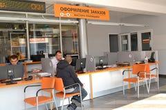 加里宁格勒,俄国 在顾客服务大厅里为工作场所的顾问服务 库存照片