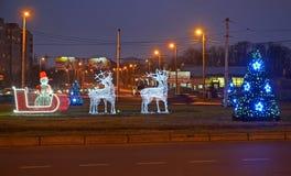 加里宁格勒,俄国 在Moskovsky大道的光亮的圣诞节装饰在微明下 免版税图库摄影