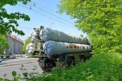 加里宁格勒,俄国 在Sovetsk的S-300地对空导弹系统STAMS在游行以后的内容说明书以纪念vi 免版税库存照片