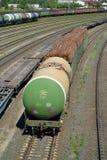 加里宁格勒,俄国 坦克和汽车有加里宁格勒排序在一个火车站的方式的木立场的 免版税库存照片