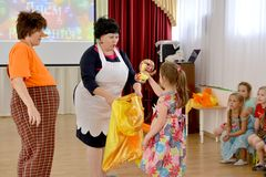 加里宁格勒,俄国 女孩从袋子得到礼物 一个假日在幼儿园 库存照片