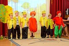 加里宁格勒,俄国 孩子讲话在根据童话` Chipollino `的早晨表现在幼儿园 库存图片