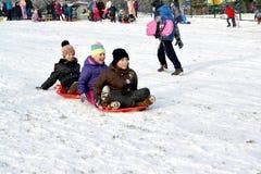 加里宁格勒,俄国 孩子去`从雪山的引擎` 库存图片