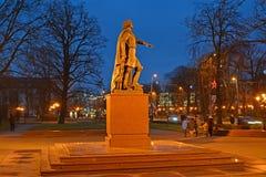 加里宁格勒,俄国 对彼得的纪念碑我在秋天晚上 免版税图库摄影