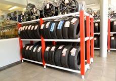加里宁格勒,俄国 有轮胎和外缘的一个机架在交易场地 一个autotechnical中心的商店 库存照片