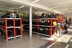 加里宁格勒,俄国 有轮胎的在交易场地的机架和外缘 一个autotechnical中心的商店 库存照片