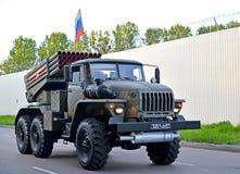加里宁格勒,俄国 根据乌拉尔卡车的作战车辆BM-21 RSZO `龙卷风G `在游行排练移动在ho 库存照片