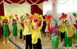 加里宁格勒,俄国 根据童话的早晨表现Chipollino在幼儿园 库存照片
