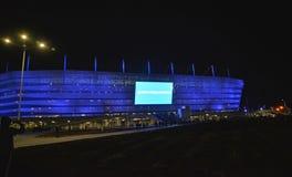 加里宁格勒,俄国 波儿地克的竞技场体育场的夜类型有表明的盘区的 俄国文本-欢迎 库存图片