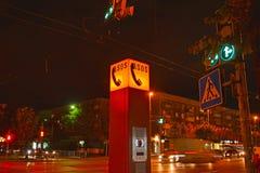 加里宁格勒,俄国 紧急通信的终端在夜城市 免版税库存图片