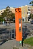 加里宁格勒,俄国 紧急通信`的点公民-维持在城市街道上的`治安 俄国文本`注意! 库存照片