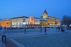 加里宁格勒,俄国 胜利广场、加里宁格勒商业中心和贸易和办公室中心加里宁格勒通过与甚而 库存照片