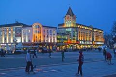 加里宁格勒,俄国 贸易和办公室中心加里宁格勒通过与均匀照明 库存图片