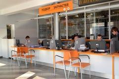 加里宁格勒,俄国 顾客服务大厅在一个autotechnical中心的商店 库存照片