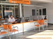 加里宁格勒,俄国 顾客服务大厅的服务顾问  一个autotechnical中心的商店 库存照片