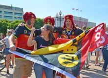 加里宁格勒,俄罗斯比利时人在有耳朵挡水板的俄国红色毛皮盖帽扇动在胜利广场的2018 世界杯足球赛在拉斯 库存图片