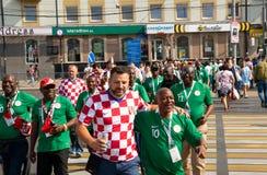 加里宁格勒,俄罗斯, 2018年6月16日 装饰的和典雅的克罗地亚人和尼日利亚人爱好者为足球比赛他们做准备 免版税图库摄影