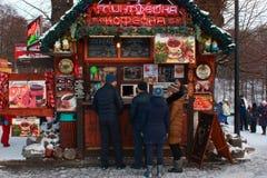 加里宁格勒,俄罗斯- 2019年1月:室外咖啡馆的人们在冬日 免版税库存照片