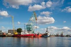 加里宁格勒,俄罗斯- 2018年9月10日:加里宁格勒贸易口岸 一个大俄国城市的口岸有口岸起重机的,船和 库存照片