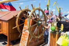 加里宁格勒,俄罗斯- 2016年6月19日:在三桅帆Kruzenshtern的大方向盘在加里宁格勒海港停泊了 免版税图库摄影
