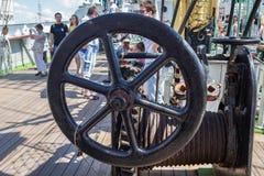 加里宁格勒,俄罗斯- 2016年6月19日:在三桅帆Kruzenshtern预先的帕多瓦的钢绞盘在加里宁格勒海港停泊了 免版税库存图片