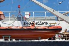 加里宁格勒,俄罗斯- 2016年6月19日:在著名三桅帆Kruzenshtern的救助艇在加里宁格勒海港停泊了 免版税库存照片