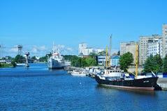 加里宁格勒,俄罗斯- 2017年6月14日:对城市堤防的一个看法 库存图片