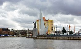 加里宁格勒,俄罗斯- 2019年3月26日:对水手的纪念碑堤防的 图库摄影