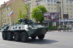加里宁格勒,俄罗斯- 2015年5月09日:一个装甲的队伍载体82 免版税库存图片