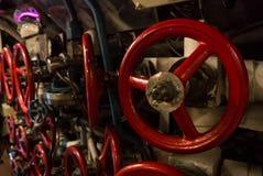 加里宁格勒,俄罗斯- 2017年6月12日:不同的大小红色阀门特写镜头视图,设计内部的机械 库存照片